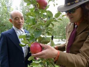 P1360046高野さんとりんごに触れながら